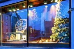 Ventana de la tienda con el árbol de navidad en Riga vieja Letonia Imágenes de archivo libres de regalías