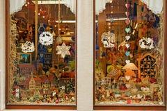 Ventana de la tienda con los juguetes de madera Imagen de archivo