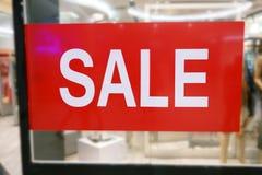 Ventana de la tienda con la muestra de la venta en el centro comercial imagen de archivo libre de regalías