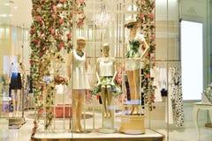 ventana de la tienda de ropa de las mujeres Imagen de archivo