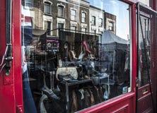 Ventana de la tienda del vintage del mercado del camino de Portobello Fotografía de archivo libre de regalías