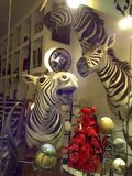 Ventana de la tienda de souvenirs con las cabezas de la cebra y los huevos de la avestruz fotos de archivo libres de regalías