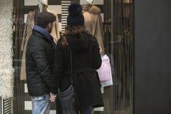 Ventana de los pares que hace compras al aire libre en invierno Fotografía de archivo