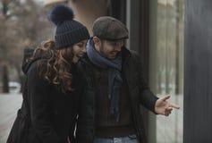 Ventana de los pares que hace compras al aire libre en invierno foto de archivo
