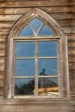Ventana de madera antigua Fachada clásica envejecida del edificio Pared de la fachada del edificio del vintage Configuración euro Imagen de archivo
