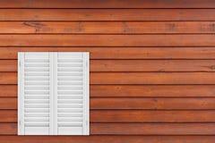 Ventana de madera blanca retra con la persiana de Sutters representación 3d libre illustration