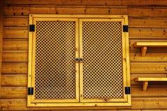 Ventana de madera con los obturadores tallados Imagenes de archivo