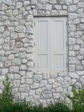 Ventana de madera contra la pared de piedra Imágenes de archivo libres de regalías