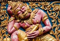 Ventana de madera de talla de oro antigua del templo tailandés. Foto de archivo libre de regalías