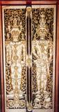 Ventana de madera de talla de oro antigua del templo tailandés. Imagen de archivo libre de regalías