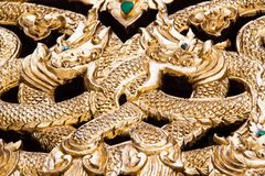 Ventana de madera de talla de oro antigua del templo tailandés. Imagen de archivo