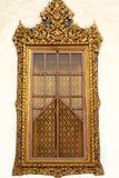 Ventana de madera de talla de oro del templo tailandés Imagen de archivo