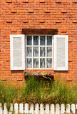 Ventana de madera del vintage en la pared de ladrillo Fotografía de archivo libre de regalías