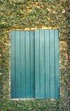 Ventana de madera en la pared de la planta de Coatbuttons Fotografía de archivo libre de regalías