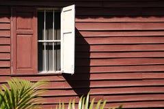 Ventana de madera en la pared de madera Fotos de archivo