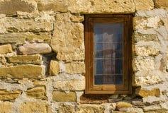 Ventana de madera en la pared de piedra vieja Imagenes de archivo