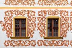 Ventana de madera en la pared de un edificio de apartamentos foto de archivo