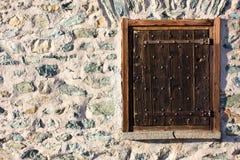 Ventana de madera en piedra Foto de archivo libre de regalías