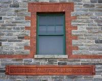 Ventana de madera, ladrillo y pared de piedra imagen de archivo libre de regalías