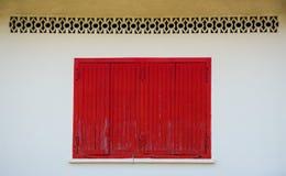 Ventana de madera roja en la pared vieja Fotos de archivo