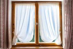 Ventana de madera vieja con las cortinas blancas Imagen de archivo