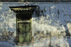 Ventana de madera vieja con las paredes viejas Imagen de archivo