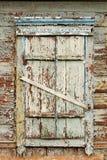 Ventana de madera vieja con los obturadores cerrados Fotos de archivo