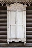 Ventana de madera vieja con los ornamentos de madera tallados. Ventana cerrada. Foto de archivo