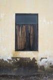 Ventana de madera vieja en la pared antigua del cemento, estilo natural de la imagen del color, fondo de la textura Fotos de archivo libres de regalías