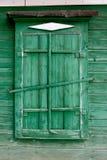Ventana de madera vieja en un painte de la pared en color verde Imagen de archivo