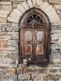 Ventana de madera vieja en una casa de la piedra fotos de archivo libres de regalías