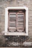 Ventana de madera vieja de la lumbrera en la pared de ladrillo Viejo fondo rústico del ladrillo del estilo vertical foto de archivo