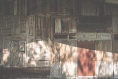 Ventana de madera vieja Puerta de Grunge fondo resistido de la textura del granero Foto de archivo