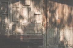Ventana de madera vieja Puerta de Grunge fondo resistido de la textura del granero Fotos de archivo