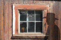 Ventana de madera vieja y una silueta del vaquero. Imagen de archivo libre de regalías