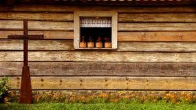 Ventana de madera y la cruz Fotos de archivo libres de regalías