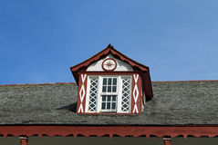 Ventana de marco vieja en casa ancestral Fotos de archivo libres de regalías