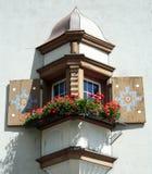 Ventana de mirador con las cajas de la flor  Imagenes de archivo