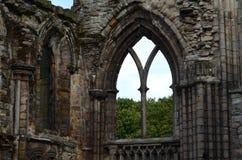 Ventana de piedra adornada encontrada en las ruinas de la abadía de Holyrood Foto de archivo