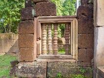 Ventana de piedra antigua de la barra del templo de Banteay Srei, Camboya Foto de archivo