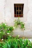 Ventana de piedra francesa antigua de la casa y rosas blancas Fotos de archivo libres de regalías