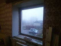 Ventana de Reparing en el hogar ruso foto de archivo libre de regalías
