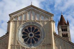 Ventana de Rose de la basílica de San Zeno en Verona Italy con Imagen de archivo libre de regalías