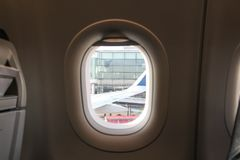 ventana de un aeroplano con una visión hacia fuera Imagen de archivo libre de regalías