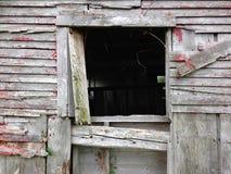 Ventana de un viejo, cayendo aparte granero Foto de archivo