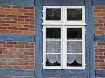 Ventana de una casa half-timbered en Alemania del norte Imagen de archivo