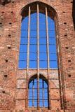 Ventana de una iglesia abandonada vieja con la pared de ladrillo Fotos de archivo