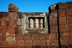 Ventana de una pared de piedra antigua en Siem Reap Foto de archivo libre de regalías