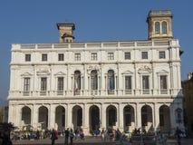 Ventana decorativa de una vivienda histórica Ajardine en la vieja plaza principal llamada Piazza Vecchia, la biblioteca pública l Fotografía de archivo libre de regalías