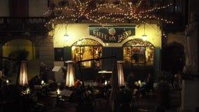 Ventana decorativa de una vivienda histórica La ciudad vieja Los restaurantes y las barras en la plaza principal durante el tiemp metrajes